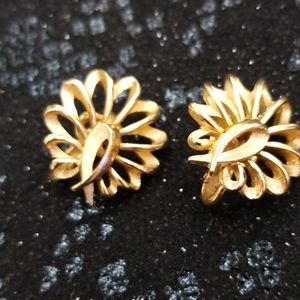 Triffari gold clip on earrings
